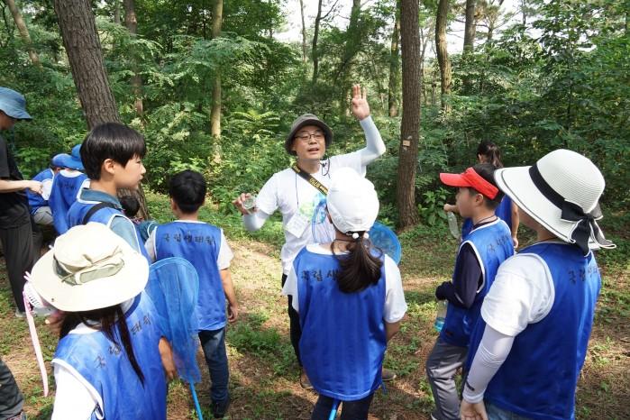 지구사랑탐사대장인 장이권 교수가 제인구달길에서 만난 숲속 곤충에 대해 설명하는 모습. - (주)동아사이언스 제공